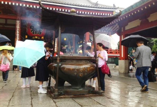 浅草寺本堂前の大香炉